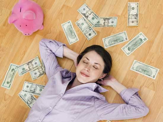 Сон о мокрых деньгах предвещает падение моральных устоев.